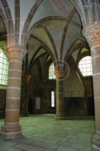 Zuilengang Le Mont-Saint-Michel; kerk Frankrijk; eiland Normandie